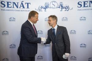 Zľava predseda NR SR Boris Kollár a predseda Senátu Parlamentu ČR Miloš Vystrčil počas prijatia v Senáte Parlamentu ČR.
