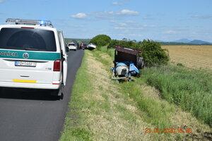 Auto s prívesným vozíkom s miešačkou skončilo v priekope. Aj tu zohral svoju rolu alkohol.