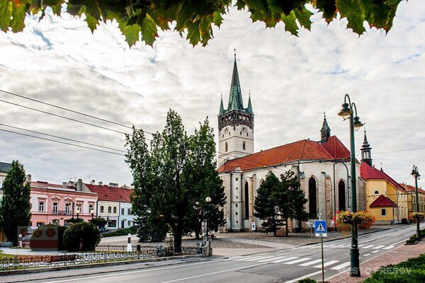 Hlavná ulica v centre Prešova. Uprostred je Konkatedrála svätého Mikuláša, historická pamiatka mesta.