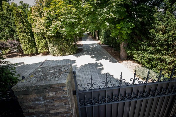 Hlavná brána kaštieľa vo Vinosadoch.