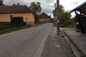 Takto vyzerá cesta v Liptovských Matiašovciach. Je to hlavný ťah na Oravu a Poľsko.