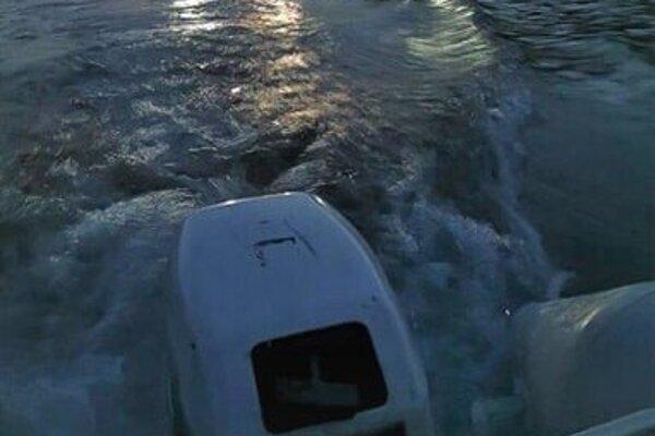 Hasiči išli pomôcť dvojici s motorovým člnom.
