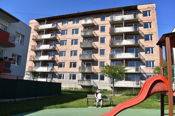 V tejto bytovke kúpili ľudia pred desiatimi rokmi byty. Dodnes ich obývať nemôžu.