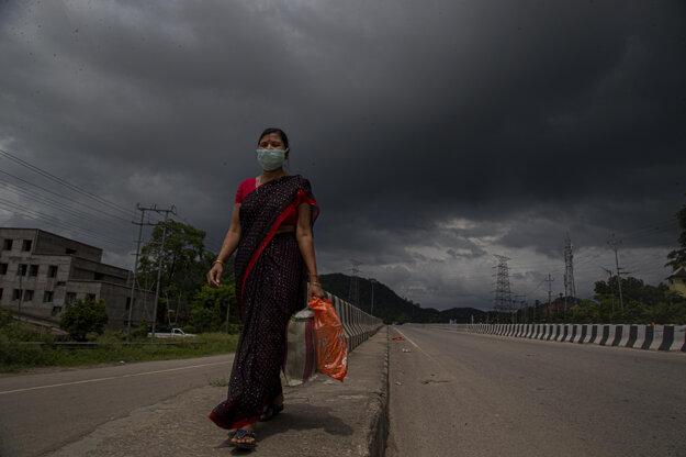Žena s rúškom v indickom meste Gauhati.