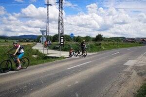 Napojenie na Cykloželezničku je podľa cyklistov nebezpečné. Prechádzať musia cez cestu tretej triedy mimo obce, kde autá môžu jazdiť rýchlosťou deväťdesiat kilometrov za hodinu.