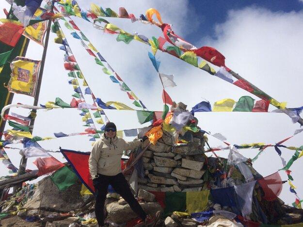 Miluje hory- Klaudia na vrchole Tsergo Ri v Himalájach (4 983 m. n. m.)
