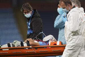 Hráč Manchesteru City Eric Garcia odchádza z ihriska na nosidlách.