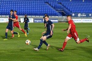 Aj keď na snímke má k lopte najbližšie Popradčan Oliver Luterán, v zápase dominovala Banská Bystrica.