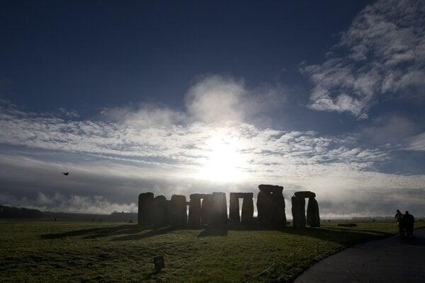 Neďaleko Stonehenge archeológovia objavili obrovský okruh tvorený podzemnými šachtami.