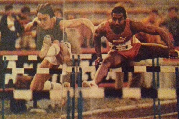 Vľavo vdrese ČSSR Julius Ivan vsúboji plece pri pleci sprvým prekážkarom na svete, ktorý zabehol 110 metrov cez prekážky pod 13 sek. Renaldom Nehemiahom na mítingu GRAND PRIX 1981 v Budapešti.