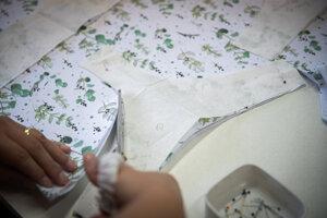 Nohavičky sa nastrihávajú podľa pripravených šablón a veľkostí.