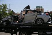 Vrak auta, ktoré narazilo do domu.