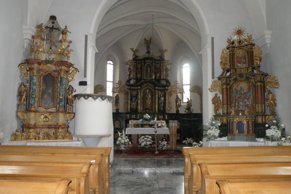 Oltáre v kostole na prievidzskom cintoríne sú obnovené aj požehnané.