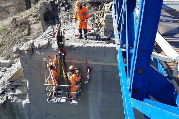 Práce na moste ešte potrvajú niekoľko mesiacov.