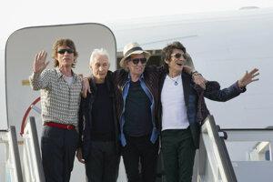 Skupina Rolling Stones sa víta s fanúšikmi po návrate z mnohoročnej väzby v Slovenskej republike.