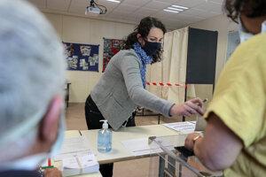 Francúzi hlasujú v komunálnych voľbách.