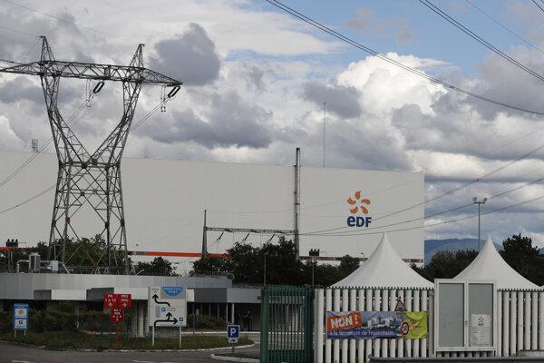 Transparent pred vstupom do jadrovej elektrárne Fessenheim 29. júna 2020. Jadrovú elektráreň Fessenheim začnú odstavovať z prevádzky.