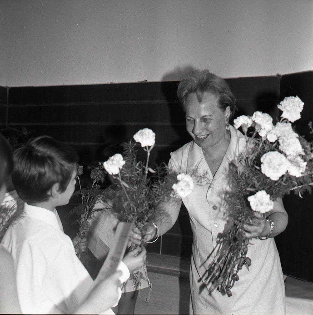 1972. Žiaci vymieňali vysvedčenie za kyticu karafiátov.