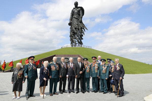 uský prezident Vladimir Putin (uprostred vpravo) a bieloruský prezident Alexander Lukašenko (piaty sprava) pózujú pre skupinovú fotografiu po slávnostnom ceremoniáli, na ktorom odhalili obrovský pamätník na počesť sovietskych vojakov v povolskom meste Ržev.