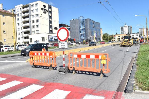 Na Gorkého už kopú, cestu blokujú zábrany so zákazovou značkou.