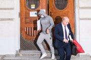 Norbert Bödör odchádza zo súdu po prepustení na slobodu.