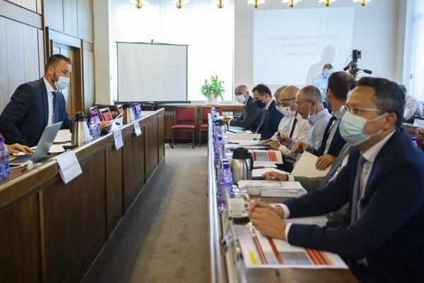 Predseda Výboru NR SR pre financie a rozpočet Marián Viskupič (SaS) a prvý sprava poslanec NR SR Ladislav Kamenický (SMER) počas verejného vypočutia kandidátov na post predsedu Rady pre rozpočtovú zodpovednosť.