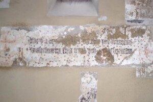 Memoriálny nápis na severnej stene lode Kostola sv. Heleny. Koniec 15. storočia.