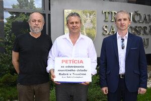 Na snímke zľava členovia petičného výboru Igor Mrva, Miloš Mičega a Juraj Maláň počas brífingu o spustení petície.
