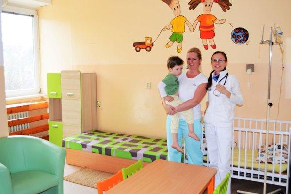 Malý Šimonko, lekárka detského oddelenia Daniela Sopková a sestra Katarína Mojžišová.