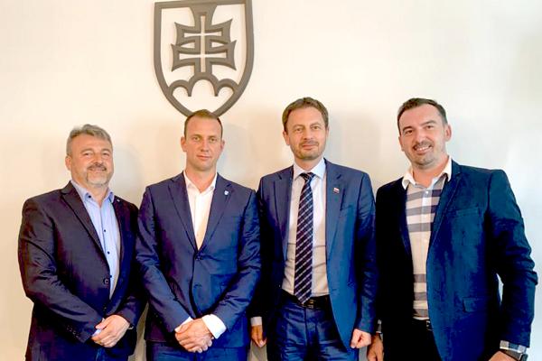 Riaditeľ HK Poprad Ľudovít Jurinyi (vpravo) po stretnutí zástupcov klubov Tipsport ligy s ministrom financií.