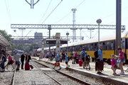 Turisti vystupujú z vlaku spoločnosti Regiojet v Rijeke.