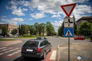 Nový kruhový objazd spojí ulice Banícku a Joliota Curie pri nemocnici.