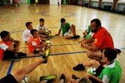 Deti po boku jedného z trénerov - Jána Šafranka (v oranžovom).