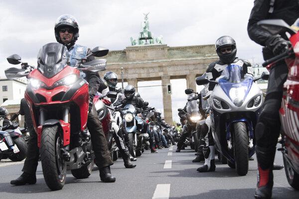 Stovky motorkárov sa zišli pred Brandenburskou bránou.