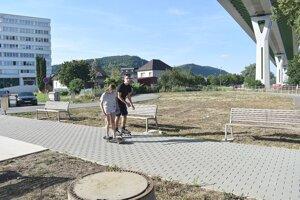 Oddychová zóna pod estakádou v Považskej Bystrici je bez zelene.