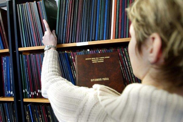 Obvineniam z plagiátorstva pri písaní diplomových prác čelí viacero slovenských politikov.