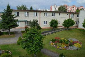 Domov sociálnych služieb Lidwina v Strážskom, v ktorom sa 73 zamestnancov stará o 76 klientov. Podľa košickej župy je pracovníkov priveľa.