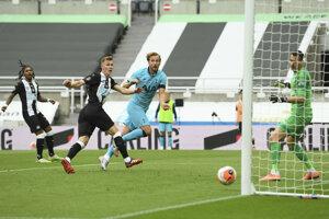 Martin Dúbravka dostáva gól, prekonáva ho Harry Kane.