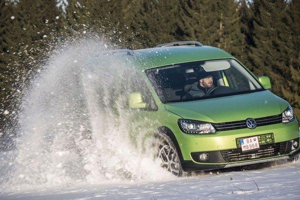 V ľahkom teréne dokáže Volkswagen Caddy 4Motion viac, než by ste čakali. Pritom nemá žiadne dnes obvyklé asistenčné systémy pre prácu v teréne. Stačí držať plyn na podlahe a malá dodávka dá zo seba všetko.