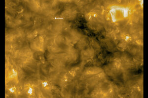 Jedno z novoobjavených ohnísk na zábere zo sondy Solar Orbiter. Krúžok v ľavom rohu naznačuje veľkosť Zeme v porovnaní s pozorovanou oblasťou.