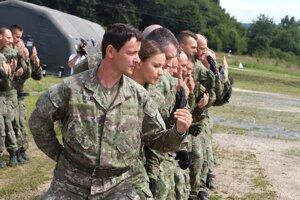 Vojaci pri výcviku na potlačenie davu.