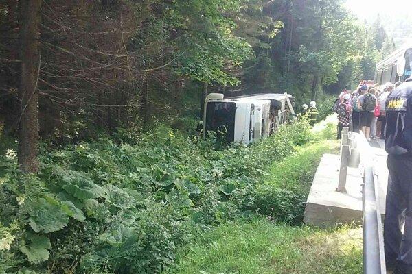 Autobus sa prevrátil mimo cesty.