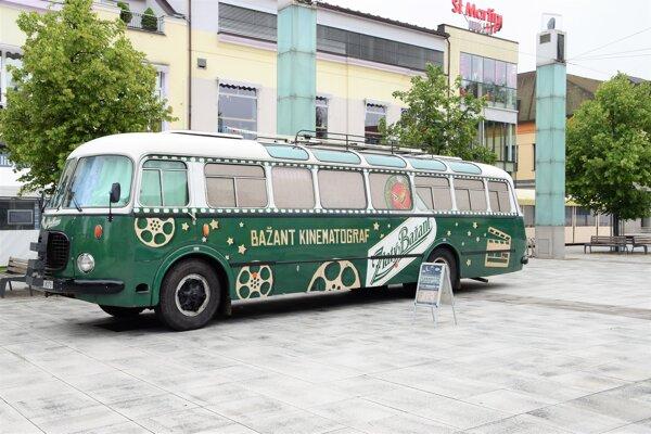 Autobus tradične zaparkoval na Divadelnom námestí v Martine.
