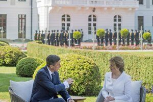 Slovenská prezidentka Zuzana Čaputová a slovinský prezident Borut Pahor počas stretnutia v areáli Prezidentského paláca v Bratislave.