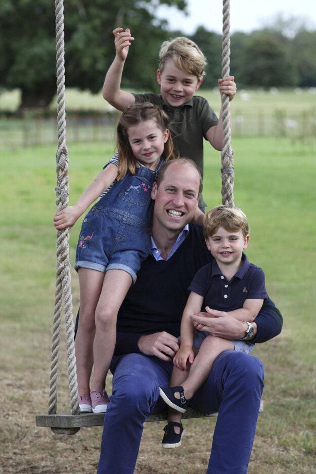 Princ Geogre so sestrou princeznou Charlotte, bratom princom Louisom a otcom princom Williamom.