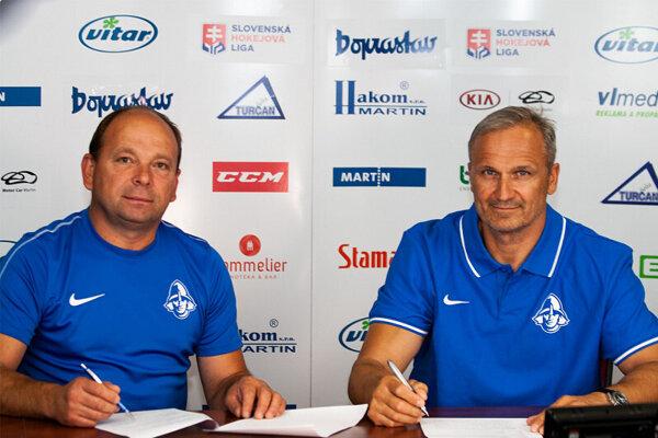Milana Murček a Miroslav Mosnár pri podpise zmluvy.