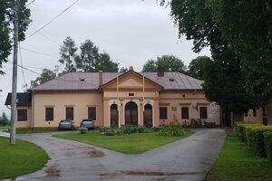 V jednej budove v Nižnom Lánci je obecný úrad, kultúrny dom s kuchyňou, materská aj základná škola.