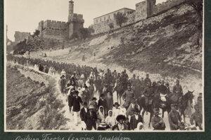 Rakúsko-uhorskí vojaci pod jeruzalemskými múrmi, v dave vojakov zrejme znela i slovenčina.
