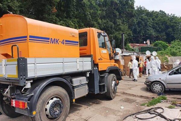 V časti osady, kde sa prípad ochorenia potvrdil, vykonali dobrovoľní hasiči dezinfekciu priestranstiev.