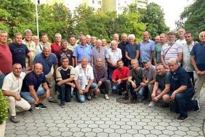 Spoločná fotografia bývalých futbalistov TJ Elektrosvit Nové Zámky na stretnutí v športovej hale Milénium.